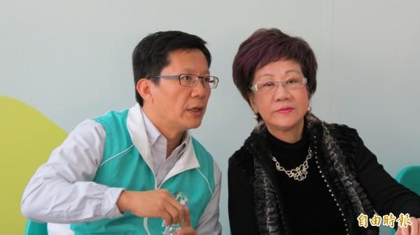 前副總統呂秀蓮(右)南下台中市為第4選區立委候選人張廖萬堅(左)站台。(記者蘇金鳳攝)