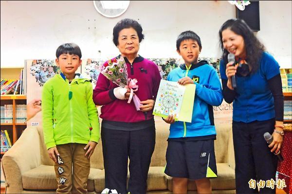 小朋友致贈花束、感謝狀給陳靜枝(左二)阿嬤,謝謝她分享人生故事。(記者張存薇攝)