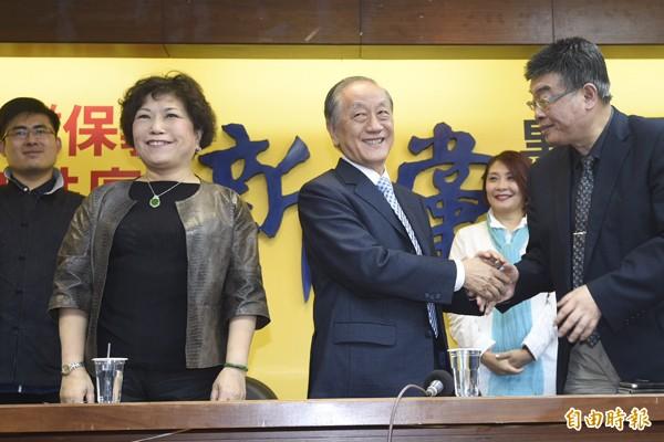 新黨主席郁慕明26日在記者會中宣布了包括葉毓蘭、邱毅在內的部分不分區立委名單。(記者叢昌瑾攝)
