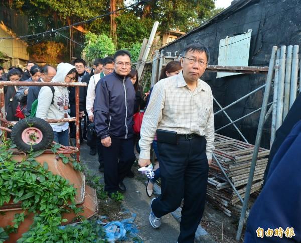 台北市長柯文哲社子Homestay,柯文哲參觀一門牌多戶。 (記者王藝菘攝)
