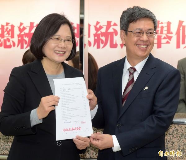 蔡英文與陳建仁今日上午正式登記參選。(記者王敏為攝)