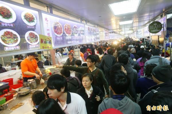 士林市場地下1樓美食區下週一,11月30日起,因整修將暫停營業1個月。(資料照,記者劉榮攝)