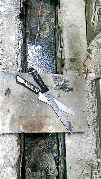 警方在水溝撈出搶劫用尖刀。(記者洪臣宏翻攝)
