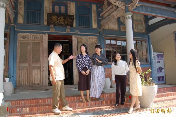 「無米樂」社區下午「尋尋覓秘50年代」,讓遊客穿搭復古裝參觀菁寮老街。(記者楊金城攝)