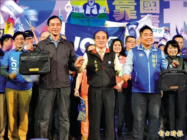 立法院長王金平昨晚為國民黨總統候選人朱立倫站台輔選,並贈送公事包為朱加油打氣。(記者黃旭磊攝)