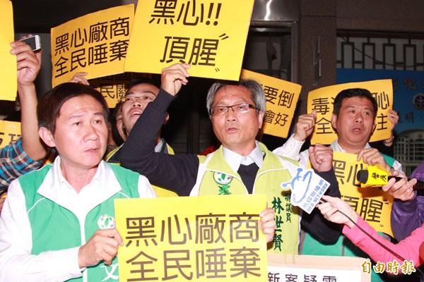 民進黨彰化立委候選人陳文彬(左)、彰化議員林世賢(右)大喊司法已死,揚言抵制頂新到底。(記者陳冠備攝)