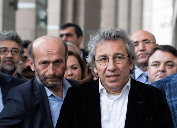 土耳其2名記者《共和報》總編輯鄧達(Can Dundar)(左)和安卡拉特派記者(Erdem Gul)(右)26日遭伊斯坦堡法院以間諜罪起訴。(美聯社)