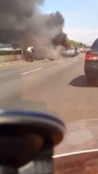國道3號今天發生連環車禍造成火燒車意外,一名熱血民眾衝入濃煙中先後救出一名孩童與孩童母親。(圖擷自臉書影片)