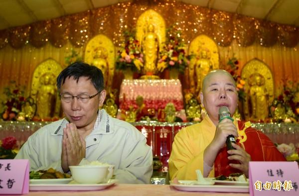 台北市長柯文哲今早在社子島地藏禪寺吃早餐,針對頂新判決一案受訪表示「這是總統大選為止最大的催票行為。」(記者簡榮豐攝)