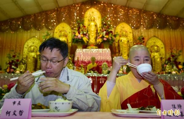 台北市長柯文哲到社子島Homestay,今日上午至地藏禪寺參拜並與住持地皎導師等共進早餐。(記者簡榮豐攝)