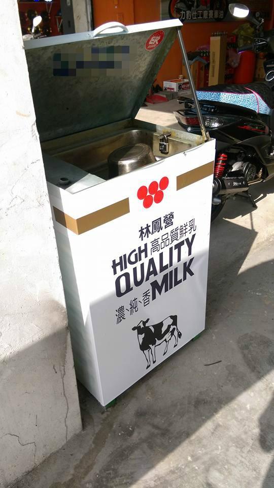 網友表示在台南市看到一家車行將廢油桶的外觀改造成林鳳營鮮奶的外包裝,這也讓他不禁大笑:「真有心的店家,用行動支持頂新。」(圖擷取自臉書社團爆料公社)