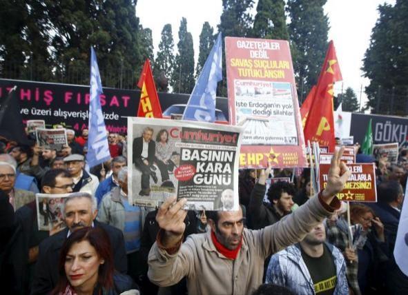 超過千名群眾聚集在伊斯坦堡報社外抗議土耳其總統艾爾多安(Recep Tayyip Erdogan)。(路透社)
