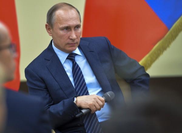 俄國總統普廷指出,確實有大量的油罐車頻繁出入敘利亞與土耳其邊界,疑似進行非法原油走私貿易。(美聯社)
