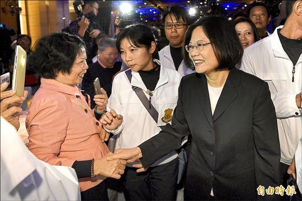 民進黨總統候選人蔡英文(右)昨出席北市台南同鄉會會員大會,進場時大受歡迎、民眾拿手機猛拍。(記者陳志曲攝)