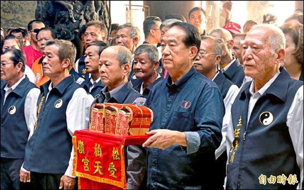 親民黨總統候選人宋楚瑜登記後第一個活動,選擇從中興新村展開,昨前往南投名間受天宮參拜。(記者謝介裕攝)