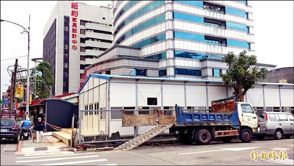 國民黨總統候選人朱立倫在中央黨部旁停車場,搭建組合屋做為全國競選總部,不知情的民眾誤以為是工寮或工地辦公室。(記者施曉光攝)