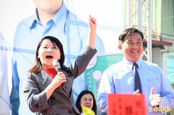 周玉蔻(左)南下為王定宇助講,呼籲鄉親用選票打倒國民黨。(記者吳俊鋒攝)
