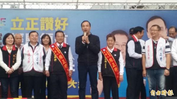 國民黨總統候選人朱立倫(中)批蔡英文讓兩岸關係大倒退。(記者周敏鴻攝)