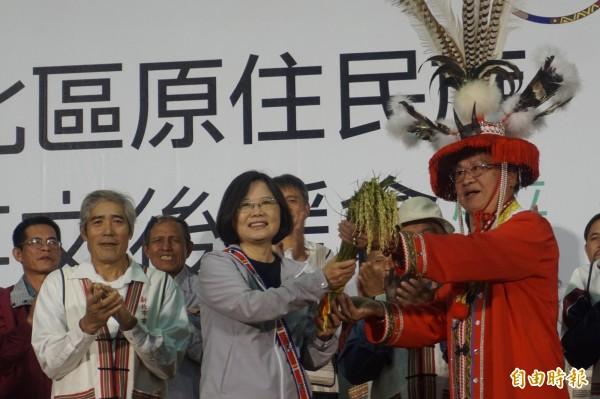 新北市原住民總頭目陳雙榮(右)送上稻穗,祝福蔡英文(中)在原住民族地區的選票像稻穗一樣多。(記者張安蕎攝)