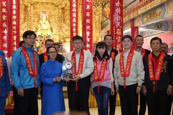 松山慈惠堂捐1萬只住宅用火災警報器給台北市。(記者姚岳宏翻攝)
