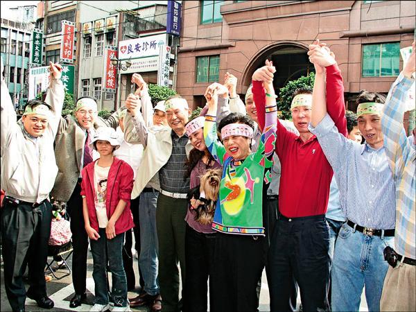 為抗議中國對台部署飛彈,二○○四年二月二十八日,有高達二百三十萬的群眾共同參與「百萬人手牽手護台灣」行動,自由報系創辦人林榮三偕同家人參加這項以民主對抗霸權的盛會。(資料照)