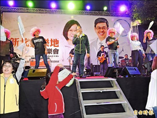 民進黨總統候選人蔡英文新北市競選總部昨天舉辦「新北美樂地」音樂晚會,游錫堃化身搖滾歌手,演唱熱門歌曲。(記者賴筱桐攝)