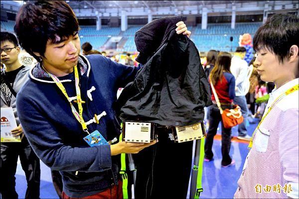 杉浦光說,女友外套的秘密就是外套後兩顆馬達改造的自動束帶器。(記者王捷攝)