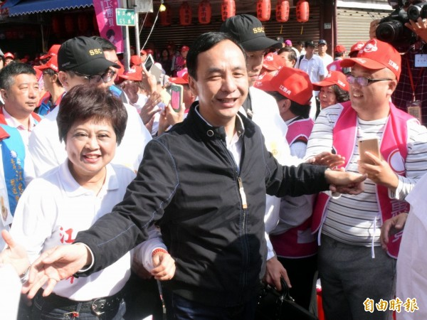 國民黨總統候選人朱立倫為立委候選人江惠貞(左)輔選。(記者陳韋宗攝)
