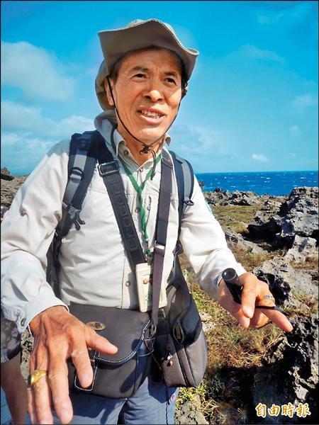 解說員張添柱正在解說龍坑保護區的植地景生態。(記者湯佳玲攝)