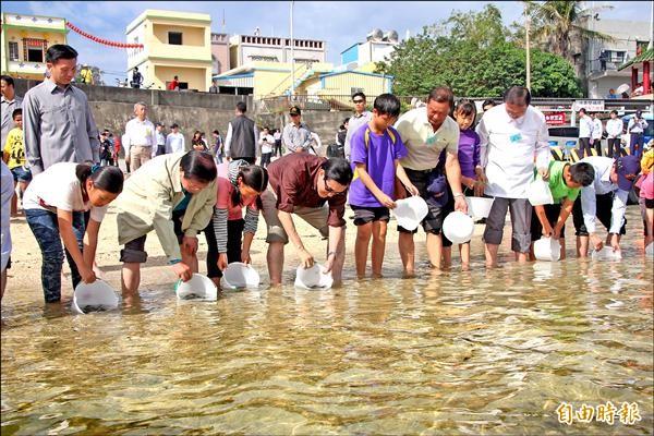 馬英九總統昨天到屏東縣琉球鄉演出護魚秀,放流魚苗。(記者陳彥廷攝)