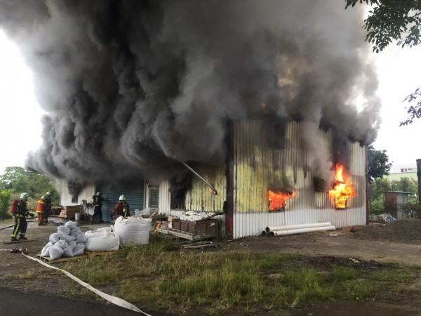大溪整棟鐵皮工廠火警,消防隊趕抵灌救時,鐵皮工廠火舌竄出,濃煙直竄天際。(記者李容萍翻攝)