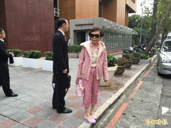 吳淑珍好友種村碧君,今著一身粉紅到北院開庭。(記者張文川攝)