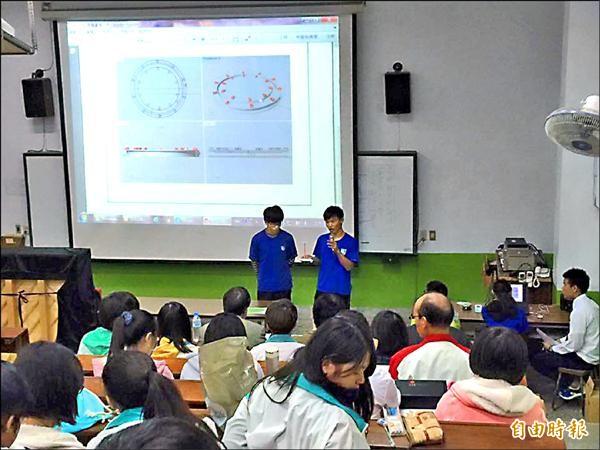 青少年發明競賽參賽學生以影片和口頭報告解說發明。(記者陳賢義攝)