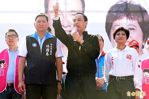 國民黨總統候選人朱立倫(中),為立委候選人江惠貞(右)、林國春(左)輔選。(記者陳韋宗攝)