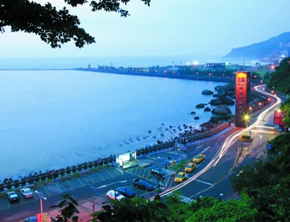位於高雄西子灣的中山大學,是全台唯一擁有海灘與海水浴場的大學,這裡有可從柴山眺望高雄港的美麗夜景。(圖擷自Dailyview)