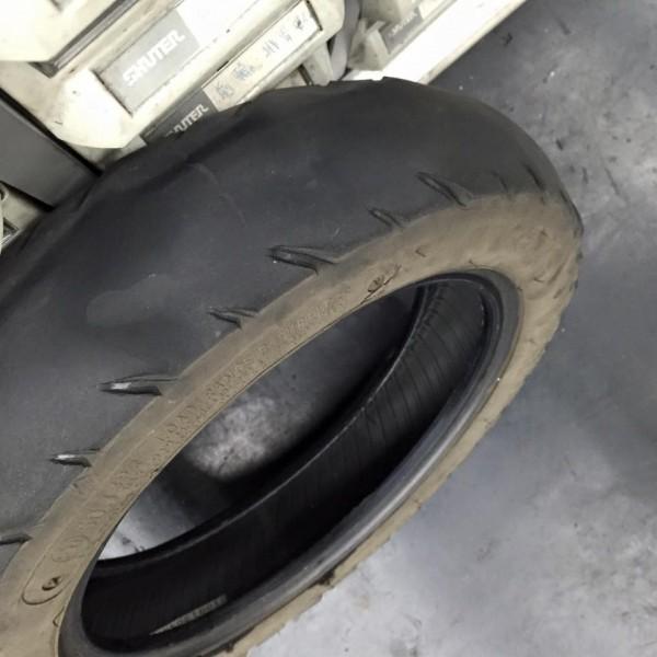 車行老闆高振凱日前遇到一名阿桑摩托車的輪胎都磨平了,卻只要灌氣,高振凱直接拿新的輪胎幫她換上,只收200元工資。(圖擷自高振凱臉書)