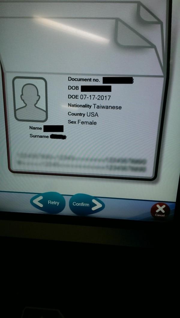 在PTT八卦板上有位鄉民發文,指出就在今日入境美國時,由於妻子有綠卡所以能夠走自動報關系統,結果當妻子刷完綠卡後,螢幕上的國籍(nationality)顯示為台灣人(taiwanese)!(圖擷自PTT)