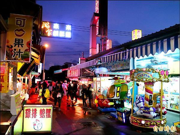 花蓮縣相當知名的自強夜市昨天租約到期,未來多數攤商將搬遷到東大門夜市。(記者王錦義攝)