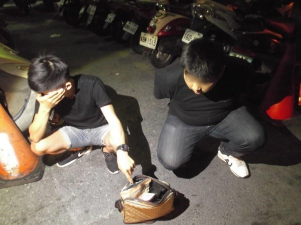 壯男藥腳劉男(右)被查獲毒品,急找媽陪訊被警封「媽寶」,陳姓友人(左)被列關係人採集尿液送驗。(記者黃良傑翻攝)