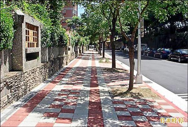 透水鋪面人行道與一般人行道,外觀上並無明顯差別。(記者何世昌攝)