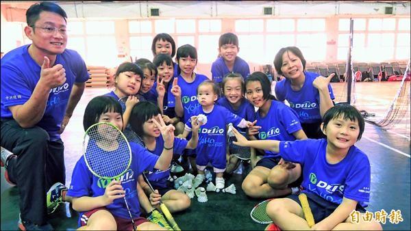 仁愛國小奪全國4年級女生團體組羽球冠軍。(記者羅欣貞攝)