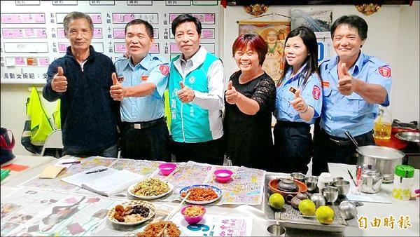 民進黨立委候選人鄭寶清(左三)參加社區巡守隊的活動。(記者謝武雄攝)