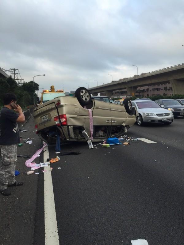 中山高給上47.8公里處發生6部大、小車追撞車禍。(圖為桃園市消防局提供)