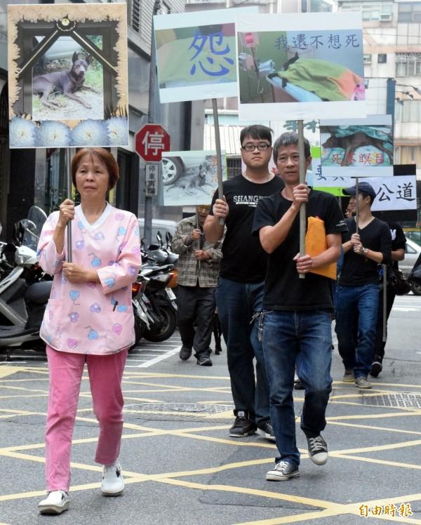 動保團體手持抗議標語,至新北市動物保護防疫處為毛小孩討公道。(記者陳韋宗攝)