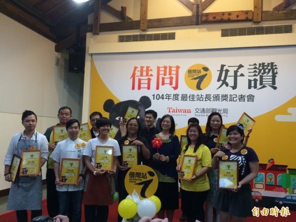 觀光局推廣台灣各地設置借問站,提供旅人諮詢服務。(記者甘芝萁攝)