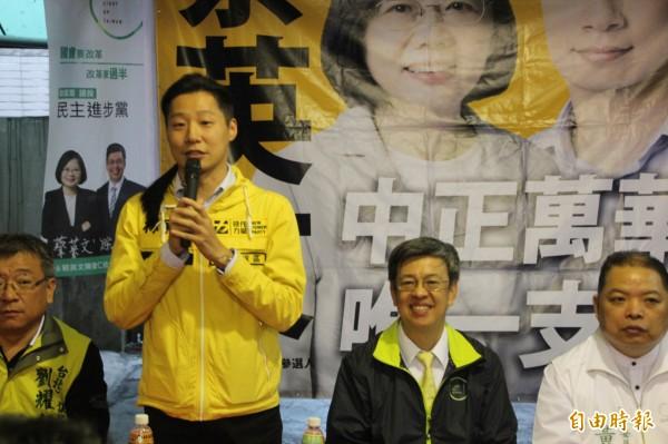 林昶佐在現場公布好消息,中正萬華雖然是艱困選區,但現在不像過去輸17%、15%,根據他們得到最新民調,現在只小輸國民黨中正萬華區立委候選人林郁方3.5%。(記者鍾泓良攝)