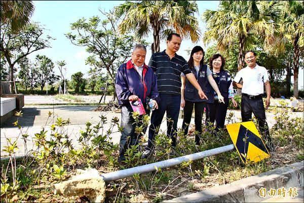 藍營議員前往勘查故宮南院周邊,發現太子大道上交通標誌傾倒。(記者林宜樟攝)