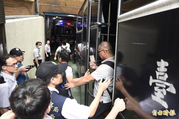 警察逮捕採訪夜襲教育部的本報記者廖振輝(中)。(資料照,記者陳志曲攝)