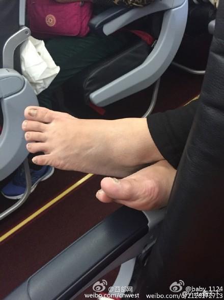 中國大媽在飛機上直接脫鞋,並將腳跨在前排乘客手把上。(圖擷自微博)