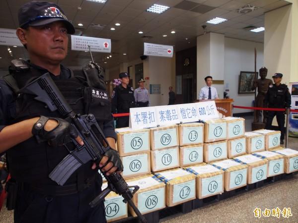 台東縣警局霹靂小組荷槍實彈戒護市值達上億元的K他命。(記者王秀亭攝)